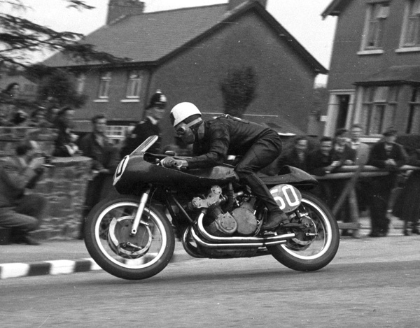 Geoff flies the Gilera 500cc down Bray Hill during the 1955 Senior TT