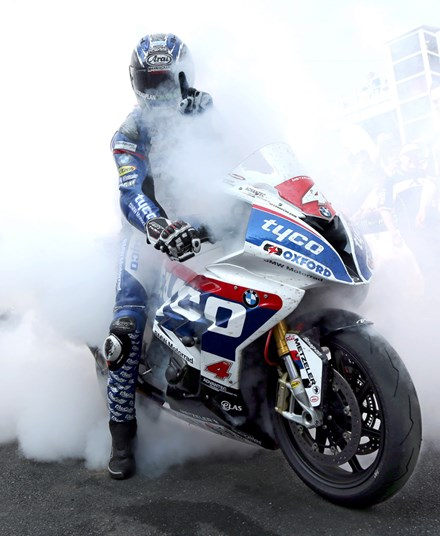 Ian Hutchinson celebrates victory Superstock TT 2016 - click to enlarge