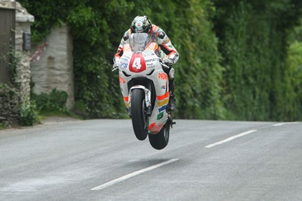 Ian Hutchinson Ballacrye Superstock TT 2010 (2) - click to enlarge