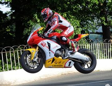 Gary Johnson Ballaugh Bridge Superbike Practice  - click to enlarge