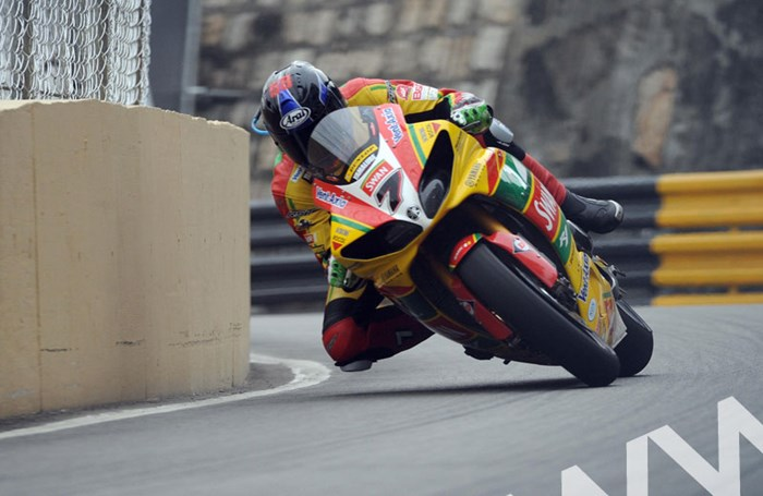 Ian Hutchinson Macau 2011 - click to enlarge